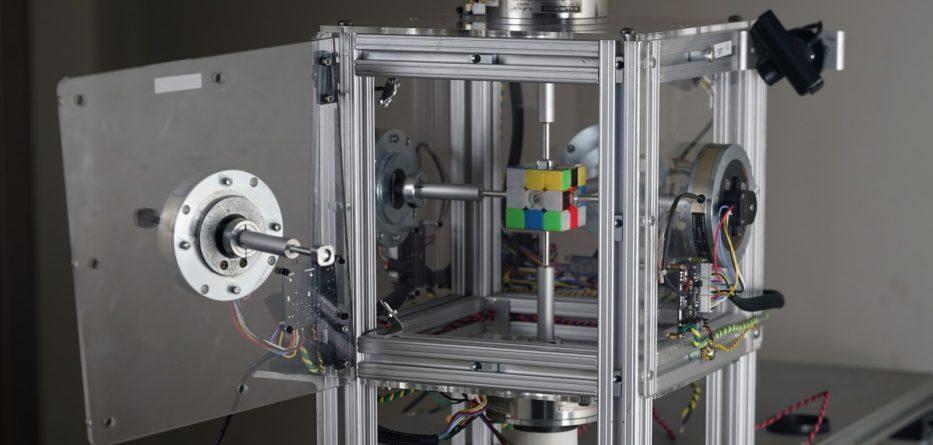Robô cubo de rubik - Robo 933x445 - Robô pulveriza recorde de resolução do Cubo de Rubik